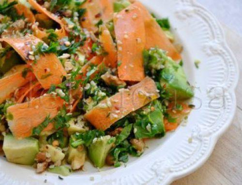Salata cu avocado, morcov si seminte de canepa