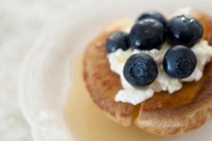Mini pancakes germane cu fructe si mascarpone
